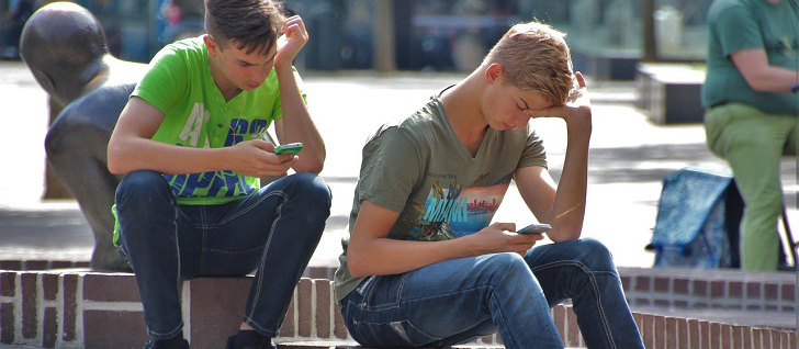 ungdomar med mobiler