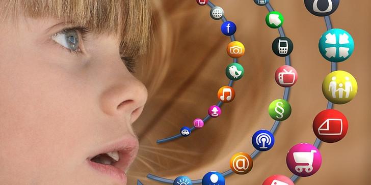flicka tittar på appar