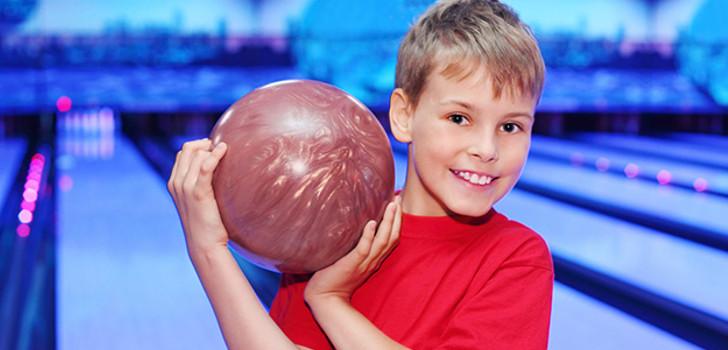 barn som bowlar